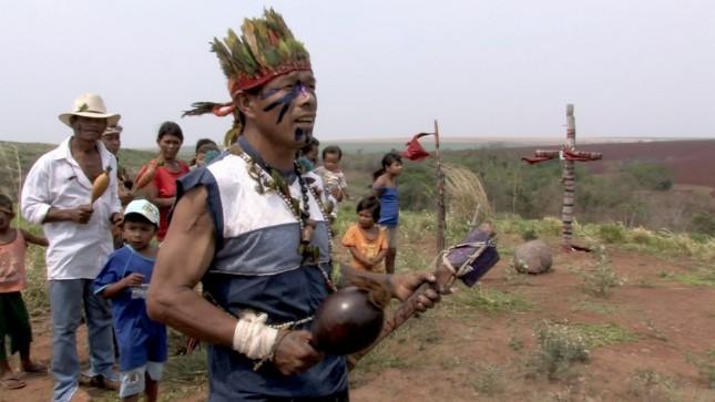 Die-Guarani-Kaiowa-im-Bundesstaat-Mato-Grosso-do-Sul-vor-dem-Kreuz-ihres-ermordeten-Haeuptlings1
