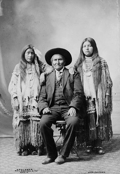 Geronimo_Apache_cheif_and_his_two_nieces